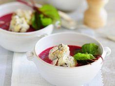 Süße rote Suppe mit Polenta-Pflaumen-Kloß ist ein Rezept mit frischen Zutaten aus der Kategorie Gemüsesuppe. Probieren Sie dieses und weitere Rezepte von EAT SMARTER!