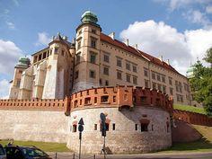 EL CATILLO DE WAWEL tiene mucha historia por conocer. El complejo de Wawel es uno de los  sitio más importante para los polacos y uno de los monumentos que no se puede dejar de visitar si viajas a Cracovia. En el interior del recinto se encuentra la Catedral de San Wenceslao que fue el lugar de coronación de los reyes de Polonia y la Capilla de Segismundo que alberga las tumbas de los reyes Jagelones de Cracovia.