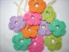 EASY! Start with 7 chain, join with slipstich. 5 times (2 chain, 3 double crochet, 2 chain, slipstich).