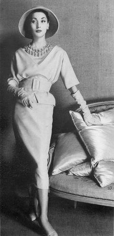 A saia funil, com suaves drapeados, barras estreitas e afuniladas, eram as queridinhas da década.
