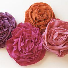 Une fois qu´on sait faire des fleurs, on peut les utiliser pour tout! Et si en plus c´est pour nous débarasser de nos vieux tee-shirts, c´est encore mieux!