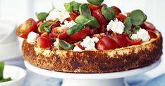 Tomaatti-mozzarella-basilikasalaatti eli caprese on italialainen klassikko. Nyt se maustaa suolaisen juustokakun juhlakuntoon. Savory Snacks, Yams, Bruschetta, Ricotta, Mozzarella, Ethnic Recipes, Food, Essen, Meals