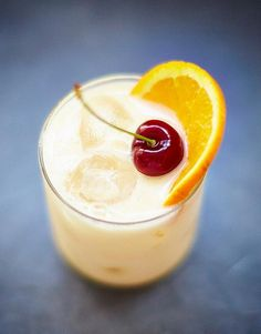 The lemon in this whisky recipe rounds off the alcohol and gives it an edgy sharpness. Simple and sophisticated