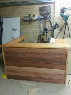 Pallet Designs This is a bar made from 3 pallets. However, made deeper, could be a great kitchen addition! Wooden Pallet Bar, Outdoor Pallet Bar, Wooden Pallet Furniture, Diy Pallet, Pallet Ideas, Pallet Benches, Pallet Couch, Pallet Tables, Pallet Crafts