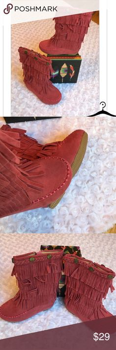 Shop Kids' Pink size Various Shoes at a discounted price at Poshmark. Description: Pair your princess with leggings and a tank with these boots. Bohemian Shoes, Boho Boots, Fringe Moccasin Boots, Fashion Design, Fashion Tips, Fashion Trends, Pink Girl, Leggings, Princess