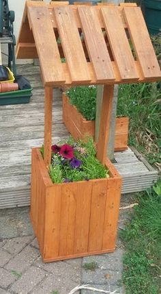 Wishing Well Planter - Alles über den Garten Wood Pallet Planters, Wooden Pallet Projects, Pallet Crafts, Wood Pallets, Backyard Projects, Outdoor Projects, Garden Tool Storage, Garden Tools, Bois Diy