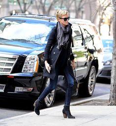 Celebs estilo off duty - Charlize Theron Casual Chic Style, Style Me, Charlize Theron Style, Street Chic, Street Style, New York To Paris, Fashion Corner, Winter Looks, Off Duty