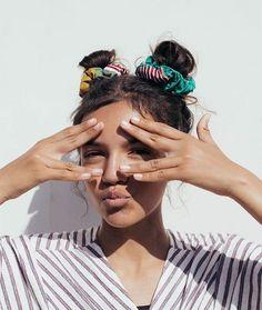 5 Penteados simples com scrunchies - Guita Moda 90s Hairstyles, Trending Hairstyles, Scrunchy Hairstyles, Teenage Hairstyles, 2 Buns Hairstyle, Easy Casual Hairstyles, Hairstyles Videos, Scrunchies, Hair Inspo
