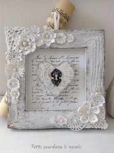 Porta retrato de madeira com flores de crochê aplicadas. Fácil de fazer. Pode também aproveitar a idéia para aplicar as flores de croche em caixinhas de madeira.