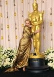 """""""You don't have to be famous. You just have to make your mother and father proud of you."""" Happy birthday to the legendary Meryl Streep. Never change. Click the link in our bio to celebrate Meryl. Meryl Streep, Barack Obama, Oscar 2012, Grace Gummer, Vestidos Oscar, Oscar Gowns, King's Speech, Portraits, Oscar Winners"""