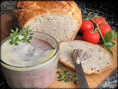 A finom házi májpástétom akkor a legfinomabb, ha frissen sült, még meleg, illatos kenyérrel együtt tálaljuk. Imádom tépni a kenyeret, megkenni a finom pástétommal és addig majszolni, amíg csak bírom. A májpástétom gyorsan elkészül, a kenyeret pedig érdemes előre elkészíteni. A tésztát csak elkeverjük, nem gyúrjuk, nem dagasztjuk, de legalább 3 órát kell keleszteni. Igazi finom vacsora, tökéletes fogás az egész családnak. Szerző: Danka Snacks, Camembert Cheese, Food And Drink, Yummy Food, Bread, Homemade, Meals, Cooking, Buffets
