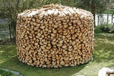 Har prøvet at lave en men uden succes Stacking Firewood, Stacking Wood, Firewood Shed, Firewood Storage, Building A Wood Shed, Diy Heater, Wood Chop, Wood Store, Norwegian Wood