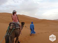 In een reismagazine las ik over #Marokko en ik stelde me het voor als de ultieme, romantische bestemming. Met name de #woestijn. Ik had ook net Sex and The City II gezien, waarin Carry met haar vriendinnen op kamelen door de woestijn rijdt en aankomt in een paleisachtige tent, met wapperende, doorzichtige witte gordijnen, grote zilveren schalen met theepotten erop en zachte fauteuils om in weg te zakken. Ik wilde ook naar de woestijn. Ook al was het bijna juli en bijna vijftig graden. #hot