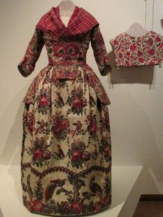 Sits, katoen in bloei - Fries Museum in Leeuwarden | De tante van Tjorven | Bloglovin' Culture Clothing, Costumes Around The World, 18th Century Fashion, French Fabric, German Fashion, Folk Costume, Historical Clothing, Traditional Dresses, Folklore