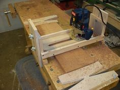 Minimalist's router sled for flattening rough cut lumber Woodworking At Home, Woodworking Books, Router Woodworking, Woodworking Workshop, Woodworking Techniques, Woodworking Projects, Woodworking Classes, Router Sled, Router Table