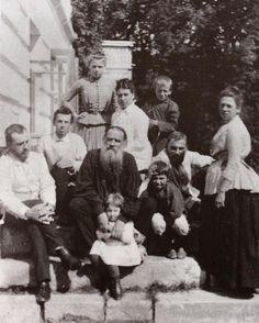 Tolstoy ve ailesi 1887
