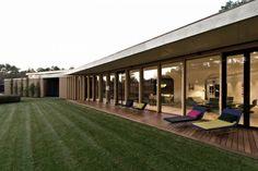 Terrasse en bois massif couverte qui donne sur l'ouest