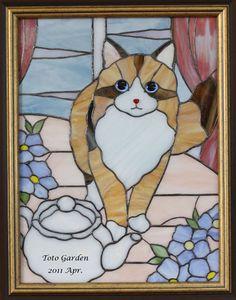 ガラスの森の猫たち Stained Glass Birds, Stained Glass Patterns, Mosaic Patterns, Fused Glass, Art Of Glass, Felt Embroidery, Glass Animals, Glass Etching, Cat Art