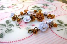 #bracelet with white #roses and caramel and #glass #beads in #polymer #clay #handmade - Braccialetto con rose bianche e caramello e perline di vetro in fimo fatto a mano