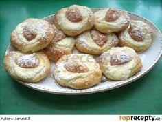 Koláče z majolky: 500g hladké mouky 5dkg kvasnic 200-250 ml mléka /dle potřeby/ 10kostek cukru (nebo lžíček) 2 Majolky® (Poličanka v sáčku, nebo jiná200g) 1 žloutek, šp. soli Náplň: Tvaroh, vajíčko, cukr, citr. kůra Meruňky kompot nebo čerstvé. Nebo jiné ovoce. Drobenka na posypání
