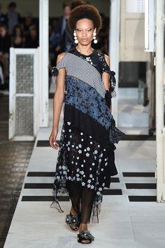Guarda la sfilata di moda Antonio Marras a Milano e scopri la collezione di abiti e accessori per la stagione Collezioni Primavera Estate 2017.