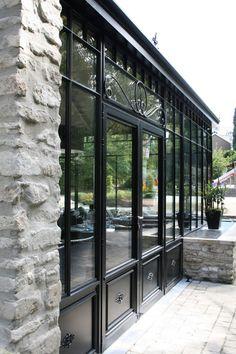 veranda aluminium steellook zwart - A Gardens&co. Cedar Pergola, Pergola With Roof, Pergola Patio, Pergola Plans, Pergola Kits, Pergola Ideas, Extension Veranda, Glass House, Exterior Design