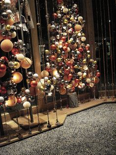 pretty #Anthropologie, #window_display, #installation, #christmas_tree