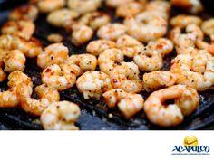#gastronomiademexico Camarones a la plancha. LOS MEJORES PLATILLOS. Los camarones a la plancha, como su nombre lo indica, se preparan en una plancha aderezados con mantequilla, ajo, sal, pimienta y en ocasiones, picante. Acompañarlos con un aderezo, los hace aún más ricos y comerlos admirando el hermoso paisaje desde cualquier punto de la bahía de Acapulco, será una experiencia que te aseguramos, difícilmente podrás olvidar. www.fidetur.guerrero.gob.mx