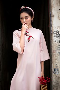 Discover recipes, home ideas, style inspiration and other ideas to try. Vietnamese Traditional Dress, Vietnamese Dress, Traditional Dresses, Ao Dai Cach Tan, Girly Outfits, Chinese Style, Cool Style, Yuri, Stylists