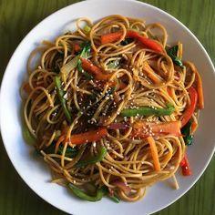 "Realfooding® on Instagram: ""ESPAGUETIS CON VERDURAS . . 📝 Ingredientes: . 🔸Espaguetis integrales 🔸Vegetales al gusto: cebolla, zanahoria, espinacas, pimiento rojo y…"" Japchae, Spaghetti, Ethnic Recipes, Instagram, Food, Ideas, Spaghetti Recipes, Spinach, Lunches"