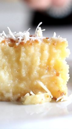 A cake with a rich coconut base and grated coconut topping. Ingredients 4 eggs 1 ½ cup sugar 3 ½ oz butter at room temperature 26 Tbsp coconut milk 1 cup whole milk 1 ½ cup flour 1 Tbsp baking powder 1 ¾ cup sweetened condensed milk ¾ cup grated coconut Just Desserts, Delicious Desserts, Dessert Recipes, Yummy Food, Custard Desserts, Lemon Desserts, Let Them Eat Cake, Sweet Recipes, Cupcake Cakes