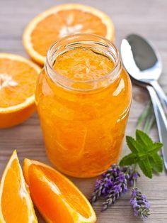 La marmellata di arance è una delle conserve più amate, perfetta per farcire dolci ma anche per essere spalmata su pane e brioches
