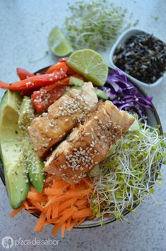 Bowl de vegetales con salmón (veggie bowl) www.pizcadesabor.com Healthy Salads, Healthy Life, Healthy Eating, Healthy Food, Bowl, Vegetarian Recipes, Healthy Recipes, Breakfast For Dinner, Meal Prep