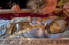 Προσκυνώντας το αδιάφθορο λείψανο του Αγίου Ιωάννου του Ρώσσου. http://leipsanothiki.blogspot.be/