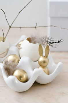 gold and white Easter decorations | Osterdeko Idee: Goldhasen