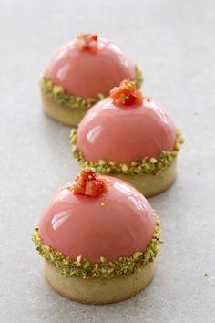 Pistachio And Strawberry Tartelettes - pistazien-erdbeer-tartelettes Pistachio And Strawberry Tartelettes - Italian desserts. Gourmet Desserts, Fancy Desserts, Plated Desserts, Just Desserts, Delicious Desserts, Dessert Recipes, Yummy Food, Alcoholic Desserts, Zumbo Desserts