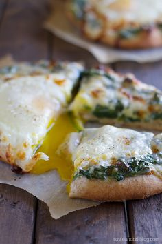 Creamed Spinach & Egg Pizza - Breakfast meets dinner in pizza topped w/ creamed spinach & baked egg. Egg Recipes, Brunch Recipes, Breakfast Recipes, Cooking Recipes, I Love Food, Good Food, Yummy Food, Egg Pizza, Pizza Pizza