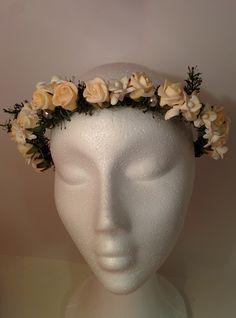 Modelo Elizabeth: Otra pieza con aires nupciales, rosas, orquídeas, perlas y ramas verdes. Mezcla entre distinción con cierto toque asilvestrado. En tonos cremas y marfiles. Equilibrio, delicadeza, si oliera… sería a novia. #diadema #corona #tocado #evento #boda #comunion #novia #invitada #flores #moda #diademadeflores #coronadeflores #complementos #peinado #artesania #manualidades #lamoradadenoa
