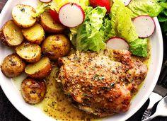 Vous cherchez un repas très facile à faire dans une casserole et qui ne vous demandera pas beaucoup de temps? C'est avec des hauts de cuisse! Pork Recipes, Crockpot Recipes, Chicken Recipes, Chicken Soups, Steamed Tofu, Poached Apples, Starchy Foods, Balsamic Beef, Steak And Eggs