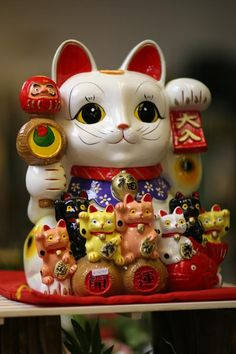 Maneki-neko - beckoning cat or lucky kitty Maneki Neko, Neko Cat, Japanese Bobtail, Japanese Cat, Japanese Culture, Crazy Cat Lady, Crazy Cats, I Love Cats, Cool Cats