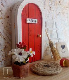 Puerta para el ratoncito Pérez roja con marco blanco. Lleva un saquito para dientes de leche en su interior además de una ilustración. Complementos para puerta de Pérez. Todo hecho a mano. Diy Crafts Slime, Diy And Crafts, Small Sculptures, Fairy Doors, Tooth Fairy, Diy Wall Art, Cool Diy, Ladder Decor, Kids Room