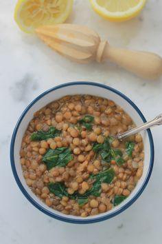 Délicieuse soupe végétarienne riche en protéines végétales et en fibres. C'est aussi une très bonne source de fer! Lentilles, épinards et jus de citron. / cuisineculinaire.com