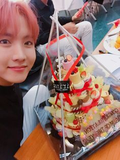 J-Hope ❤ [Bangtan Trans Tweet] 내일도 신나게!! 고마워요~ 🙌😘 \  Tomorrow too let's have fun!! Thank you~ 🙌😘 (Hobi looks so good! Oh yeah and the cake lmao) #BTS #방탄소년단