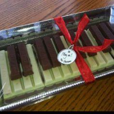 Kit Kat piano player gift