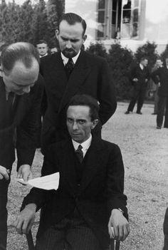 """Eyes of Hate: Joseph Goebbels. Goebbels le sonrió hasta que se enteró de que Eisenstaedt era judío - un momento Eisenstaedt capturado en esta foto. De repente, """"él me miró con los ojos llenos de odio y me esperó a marchitarse"""", el fotógrafo recordó. - Imgu"""