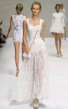 Dolce and Gabbana - Milan Fashion Week White Fashion, Love Fashion, Runway Fashion, Fashion Show, Milan Fashion, Couture Fashion, Fashion Design, Lace Dress, Dress Up