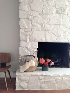 How to: Painting the stone fireplace white Como: Pintar a lareira de pedra branca – Greige Design Stone Tile Fireplace, Stone Fireplace Makeover, Fireplace Update, Fireplace Remodel, Stone Tiles, Fireplace Ideas, Farmhouse Fireplace, Painting A Fireplace, Faux Fireplace