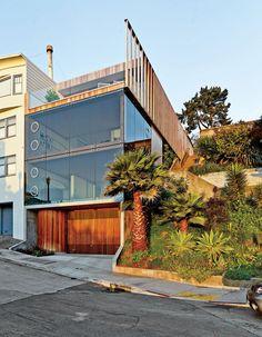 A casa, localizada na base de uma das vertiginosas colinas de São Francisco, tem aproximadamente 165m2. Na fachada de vidro destacam-se as janelas redondas basculantes e a porta da garagem de ripas de madeira, desenvolvida especialmente para o projeto por Raimundo Ferreira.