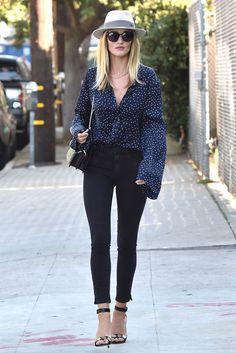 Rosie Huntington-Whiteley. Camisa topos+jeans negros+sombrero
