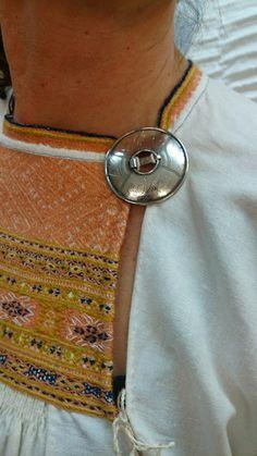Sukkulalla ja neulalla: Neitsyys menetetty, tuplasti! Folk Costume, Costumes, Needle And Thread, Washer Necklace, Chain, Handicraft Ideas, Jewelry, Embroidery, Crafts